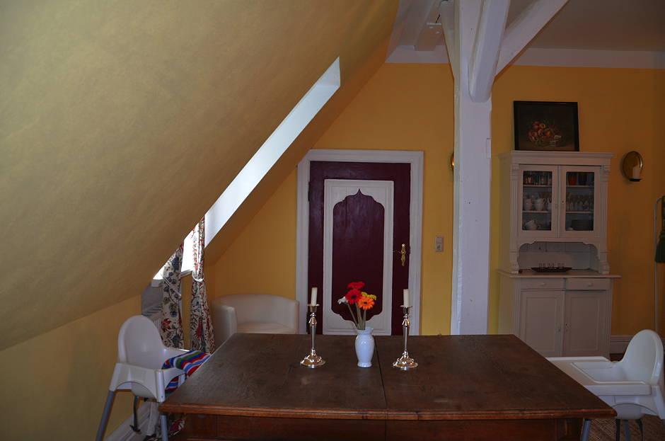 Familienfreundliche Ferienwohnung Schlafzimmer Esstisch